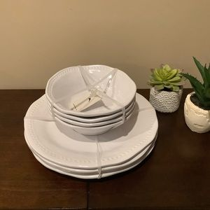 New Set/4 White Melamine Dinner Plates & Bowls  🍽